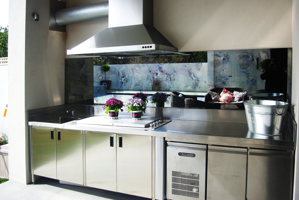 A 6 Mm Toughened Floine Distressed Mirror Flashback Works Well Behind This Top Of The Range All Stainless Steel Barbeque